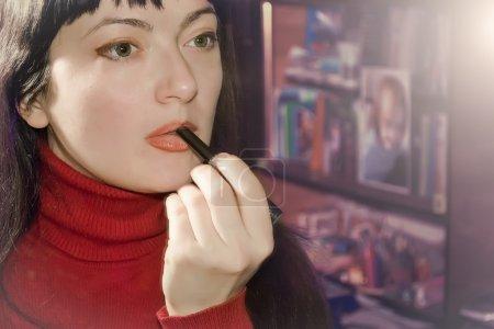 A woman dyes lips