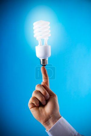 Photo pour Une main avec une ampoule flottante au doigt - image libre de droit