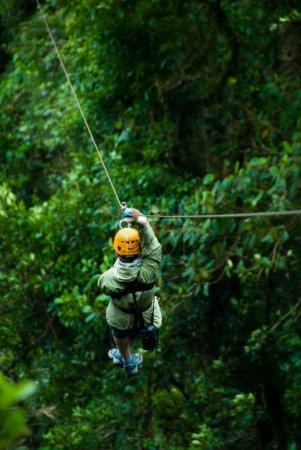 Photo pour Femme sur une tyrolienne dans la canopée panama - image libre de droit