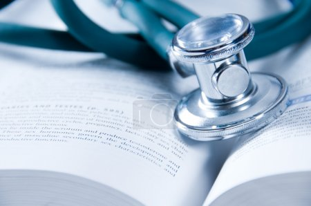 Photo pour Concept de soins de santé avec un livre médical - image libre de droit