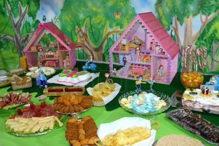 Photo pour Table de bonbons de fête enfants - image libre de droit