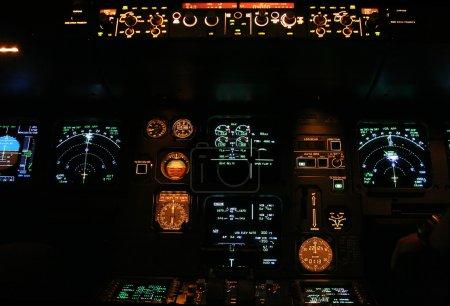 Photo pour Panneau d'avions commerciaux la nuit - image libre de droit
