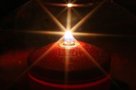 Photo pour Lumière en forme de silhouette de bougie avec étoile - image libre de droit