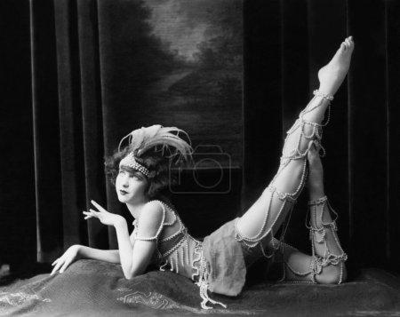 Photo pour Danseuse ennuyeuse posant en costume perlé - image libre de droit