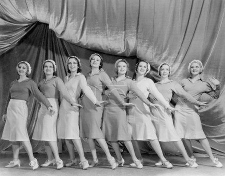 Photo pour Portrait de la lignée de danseuses sur scène - image libre de droit