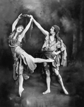 Photo pour Danseurs de ballet masculins et féminins se produisant en costume - image libre de droit