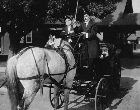 Photo pour Messieurs conduisant une voiture avec un cheval attelé à l'arrière - image libre de droit