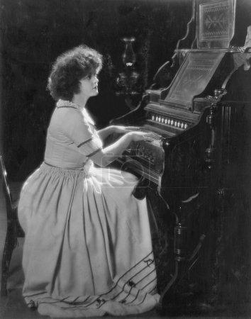 Photo pour Portrait de femme jouant de l'orgue - image libre de droit