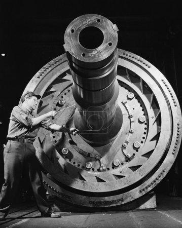 mężczyzna robotnik z ogromnej maszyny