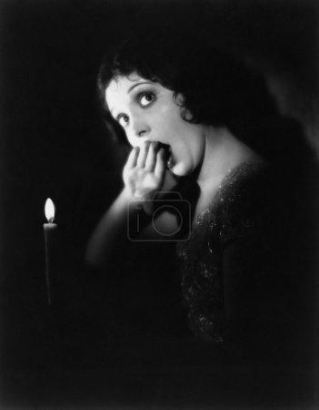 Frau mit Kerze gähnt
