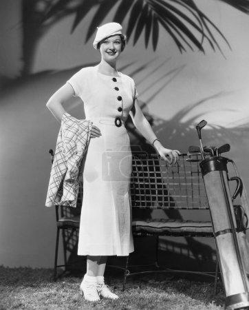 Photo pour Femme posant avec des clubs de golf - image libre de droit