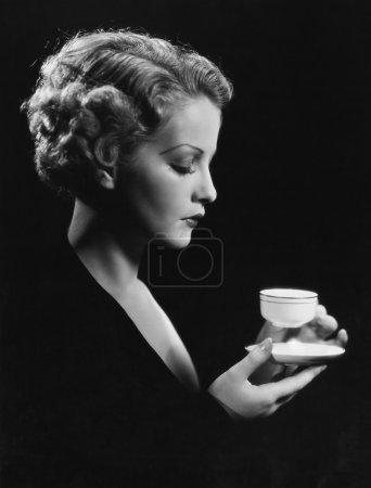 Photo pour Portrait de femme avec boissons - image libre de droit