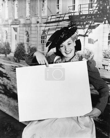 Photo pour Femme souriante tenant signe vierge - image libre de droit
