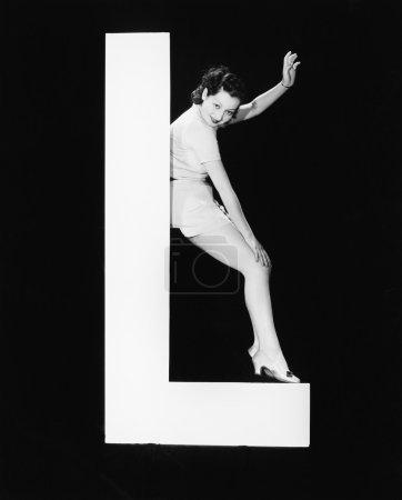 Photo pour Femme avec une énorme lettre L - image libre de droit
