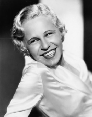 Photo pour Portrait de femme souriante - image libre de droit