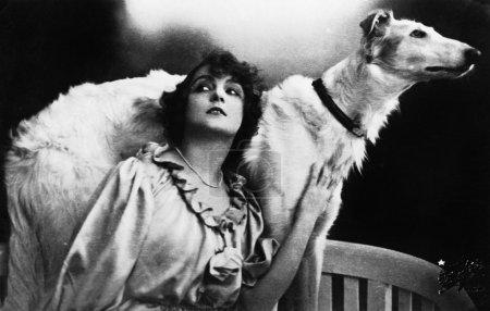 Photo pour Jeune femme avec un chien loup russe - image libre de droit