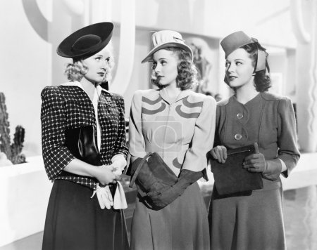 Photo pour Trois femmes debout côte à côte - image libre de droit
