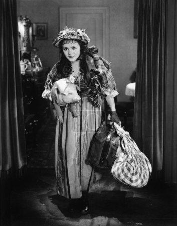 Photo pour Jeune femme portant un bagage et un cochon - image libre de droit