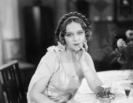 portret młodej kobiety, siedzi przy stole i myślenia w restauracji