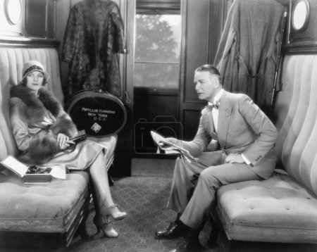 Photo pour Séance de couple ensemble dans un compartiment d'un train - image libre de droit