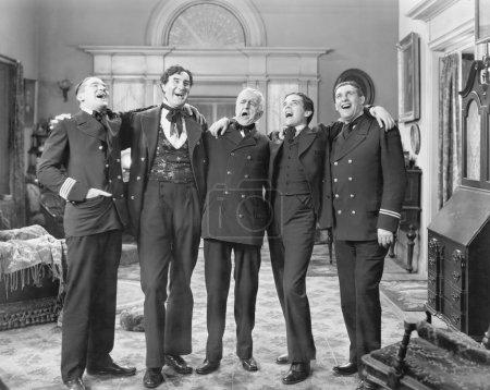 Photo pour Cinq hommes debout ensemble chantant - image libre de droit