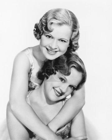 Photo pour Deux femmes étreignant les uns les autres - image libre de droit