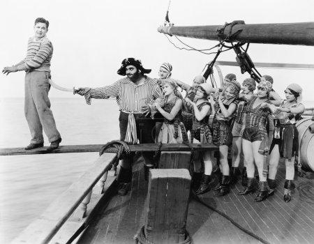 Photo pour Groupe de pirates essayant de pousser un jeune homme sur une planche - image libre de droit