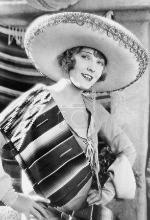 Femme dans un chapeau mexicain et costume