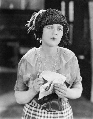 Mujer buscando infeliz después de recibir una carta
