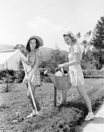 Photo pour Deux jeunes femmes faisant de jardinage - image libre de droit