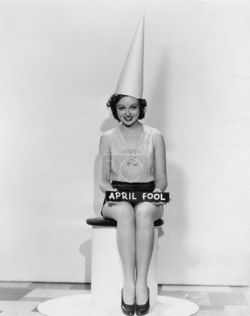 Photo pour Portrait de femme avec signe poisson d'avril, portant le bonnet d'âne - image libre de droit