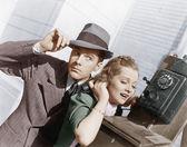 Muž a žena na vnější telefonní