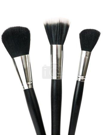 Photo pour Brosses de maquillage pour poudre isolée sur blanc . - image libre de droit
